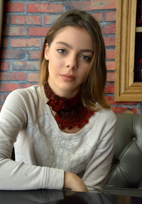 Picture of Crochet Choker in Variegating Red to Burgundy
